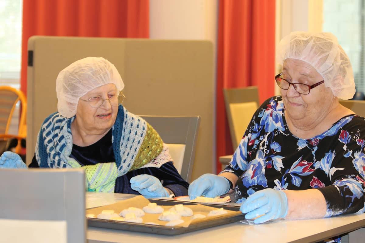 Jenni Pokka ja Eila Juopperi leipovat ryhmäkoti Metsätähdessä Rovaniemellä