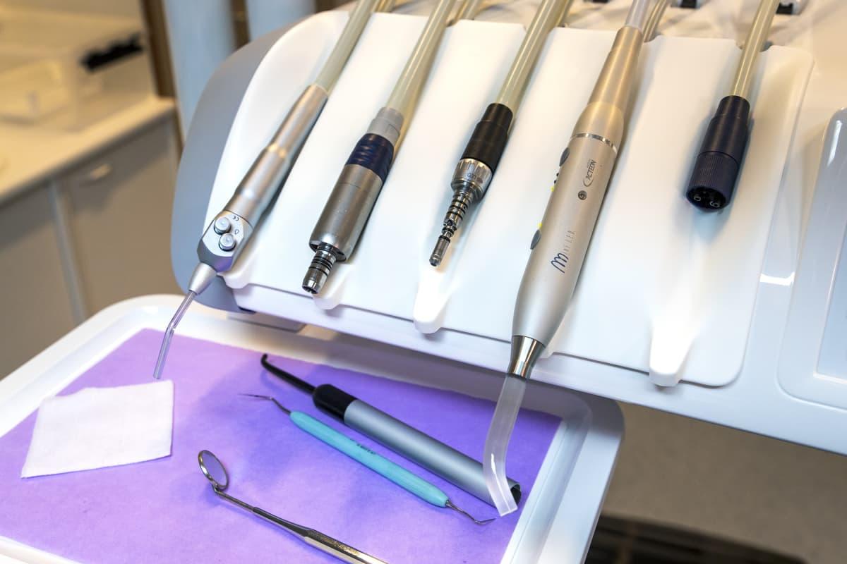 Hammaslääkärin työkaluja tason päällä.