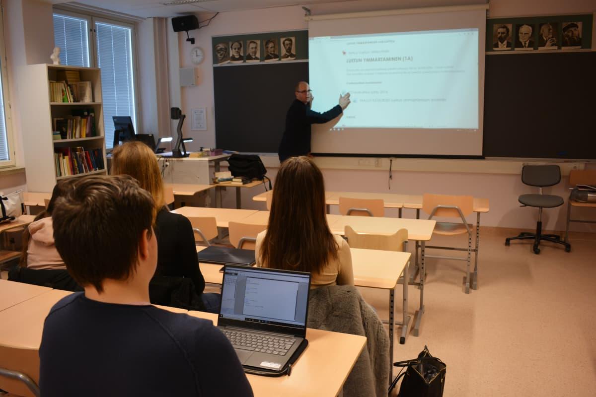 Turun iltalukion opettaja Perttu Päkkilä pitää suomen kielen tuntia.