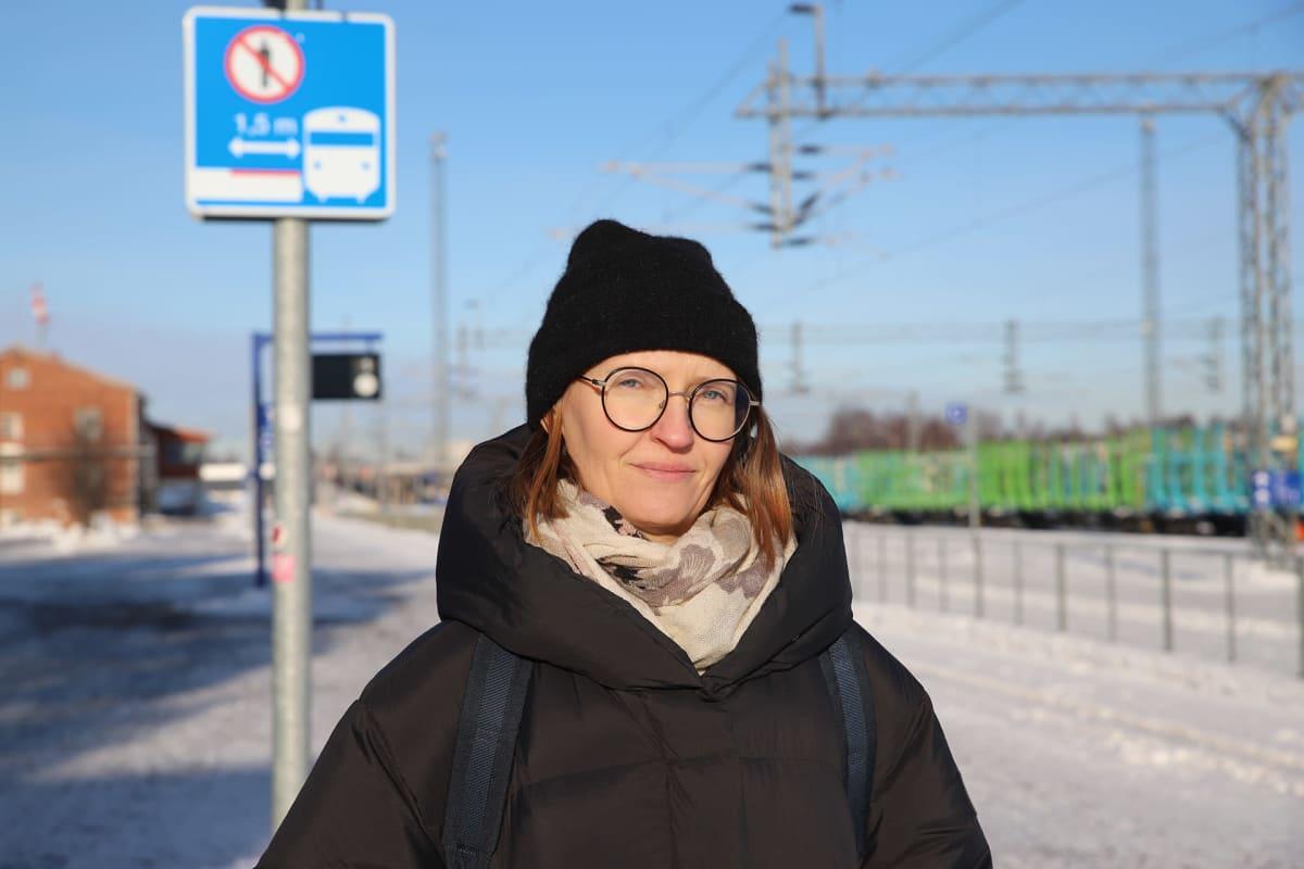Susanna Chazalmartin odottaa junaa Kemin rautatieasemalla.
