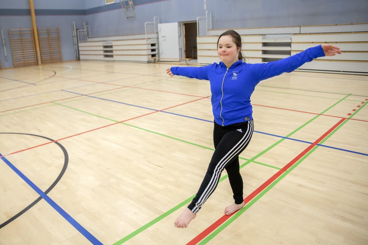 Veera Luhtanen harjoittelee voimistelusalissa.