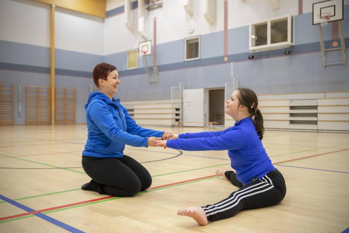 Katja Luhtanen ja Veera Luhtanen harjoituksissa.