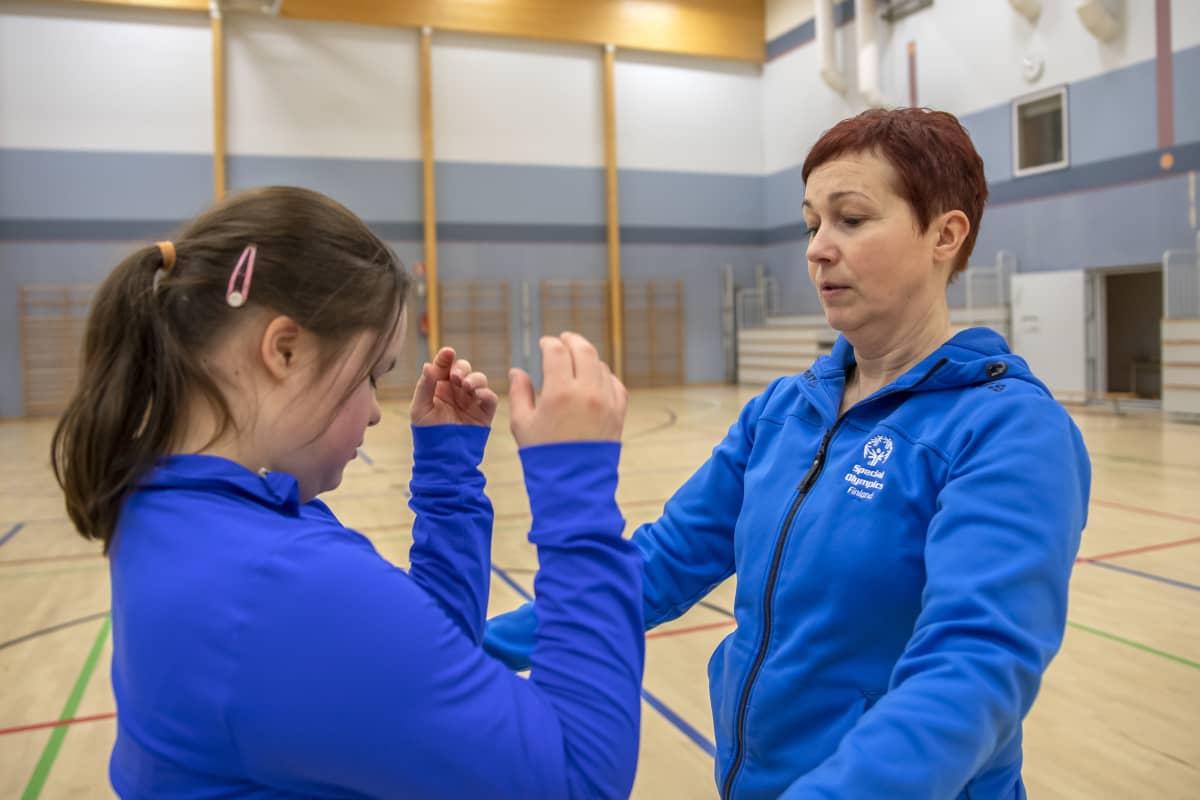 Veera ja äitinsä Katja Luhtanen harjoittelemassa voimistelusalissa.