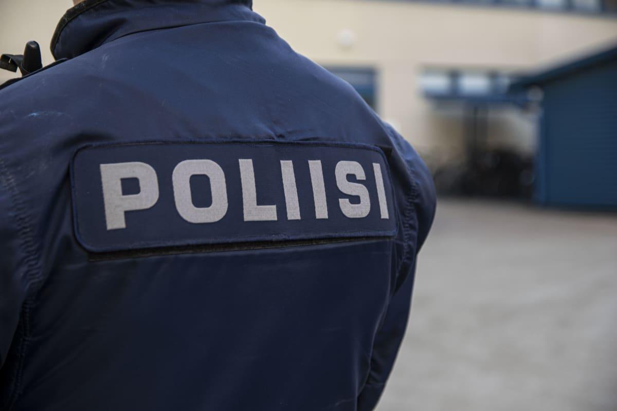 Poliisi univormussaan.