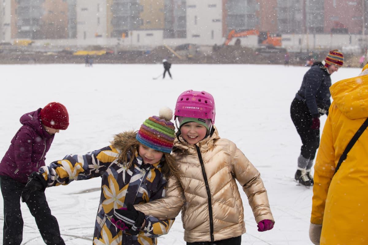 Kertti Toivonen ja Roosa Maurer luistelevat Viikin pellolla.