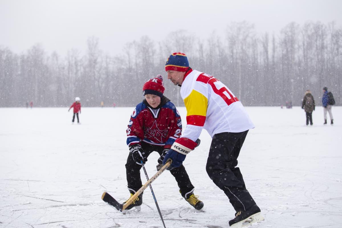 Aleksander Brunner ja Ilpo Heikkilä pelaavat jääkiekkoa.