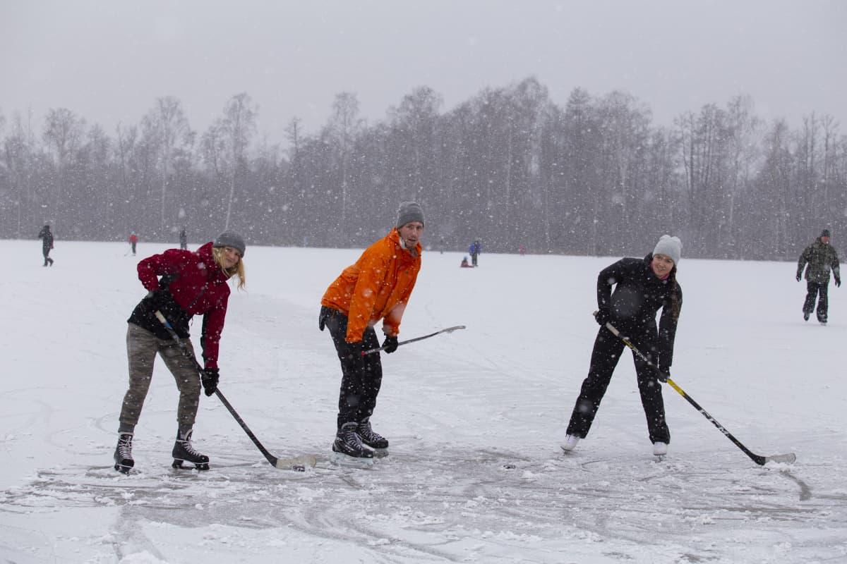 Maria Aleksi ja Silja pelaamassa lätkää Viikin pelloilla.