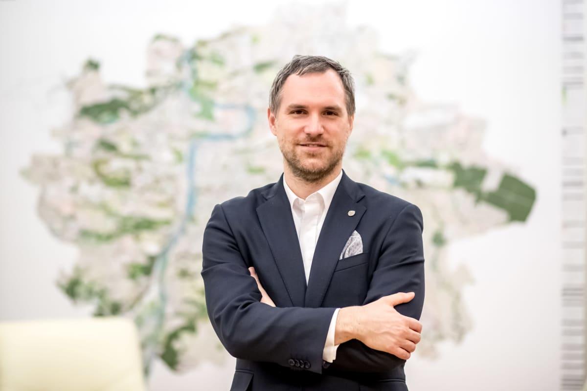 Zdeněk Hřib nousi Prahan johtoon vuonna 2018 piraattipuolueen riveistä korruptionvastaisella kampanjalla.