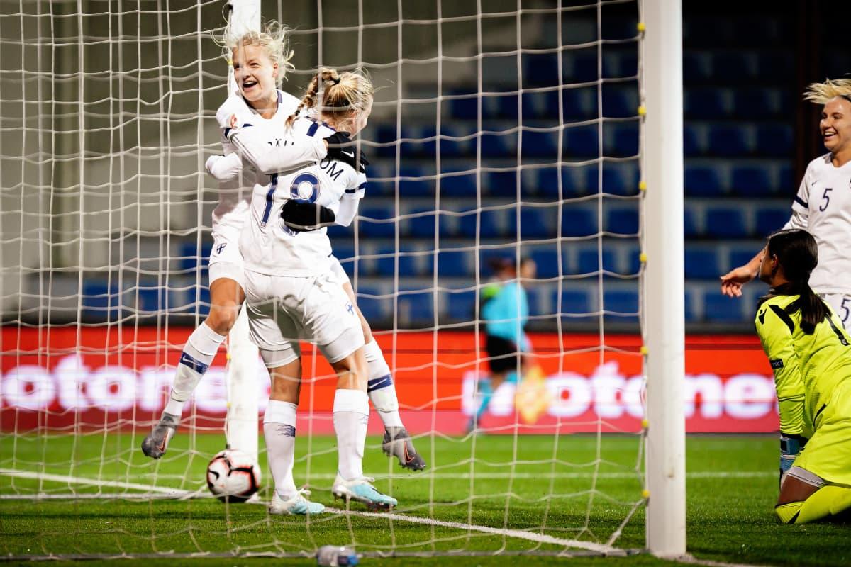 Kaisa Collin ja Linda Sällström juhlimassa maalia.