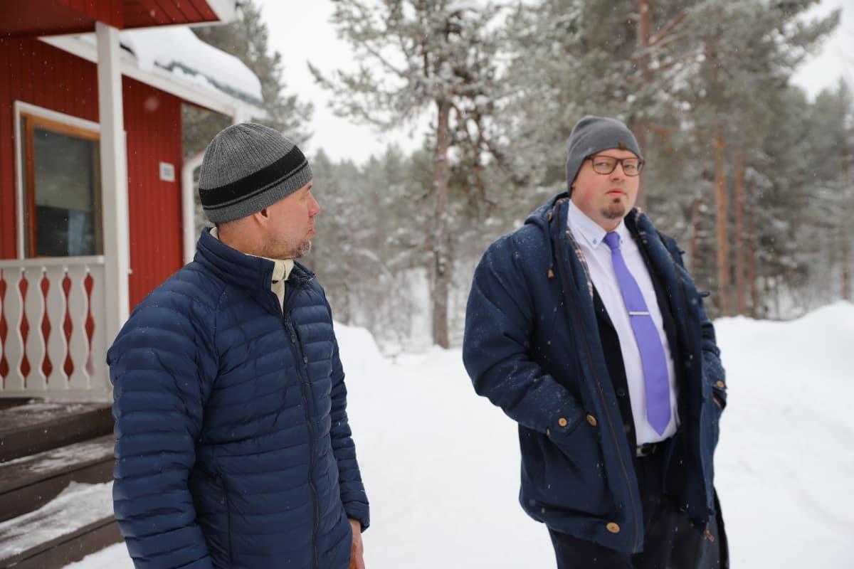 Kolttien luottamusmies Veikko Feodoroff ja Inarin kunnan kunnanjohtaja Toni K. Laine odottamassa tapaamista.