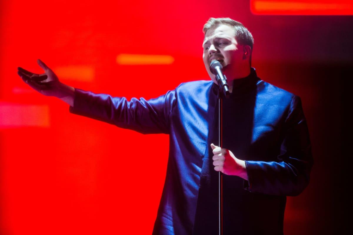 Aksel Kankaanranta esittää biisinsä Looking Back.
