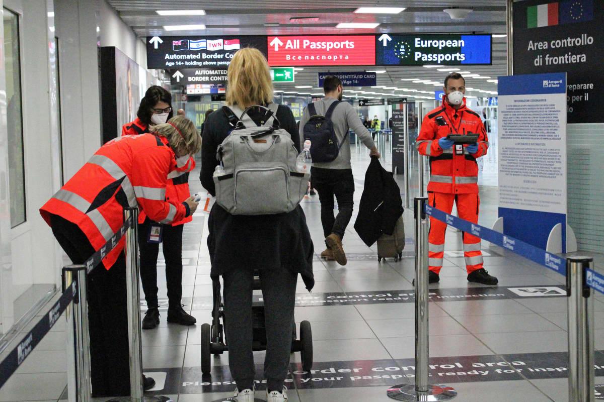 Matkustajilta mitattiin maanantaina ruumiinlämpö Rooman lentokentällä.