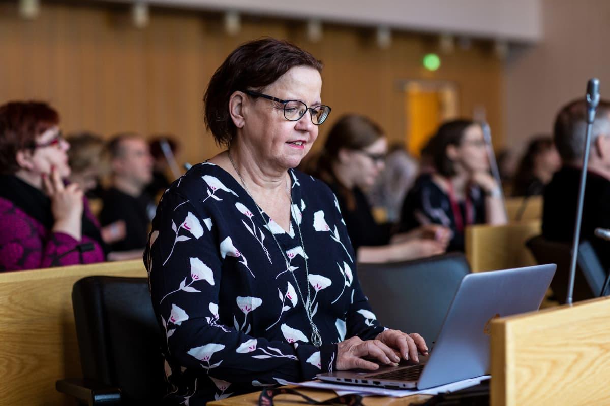Maritta Närhi Askelia asunnottomuuden puolittamiseen-tilaisuudessa 9. maaliskuuta 2020.