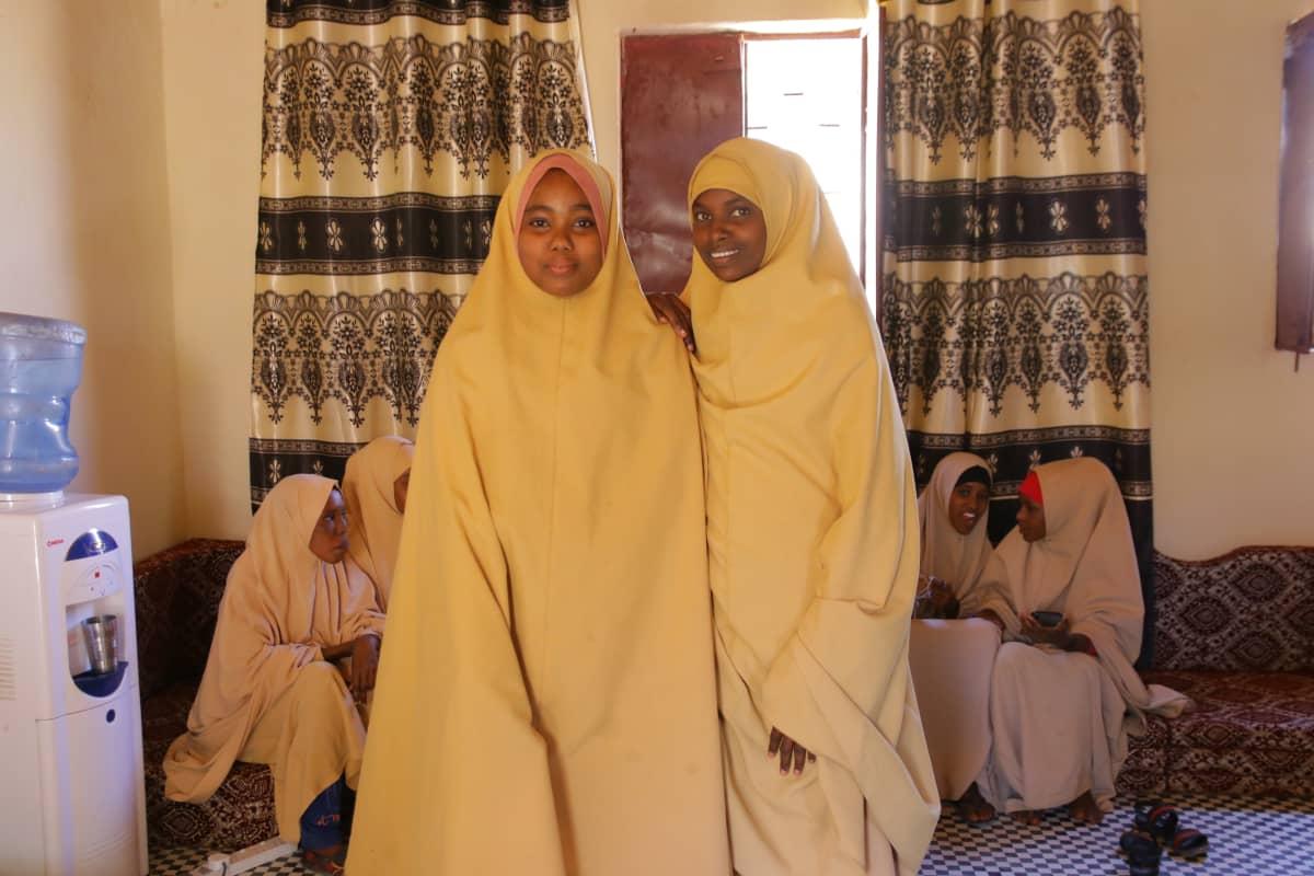 Ystävykset Nasteha Mohamed ja Farhia Hedel puhuvat erinomaista englantia ja toivovat, että ikätoveritkin pääsisivät hyvään kouluun.