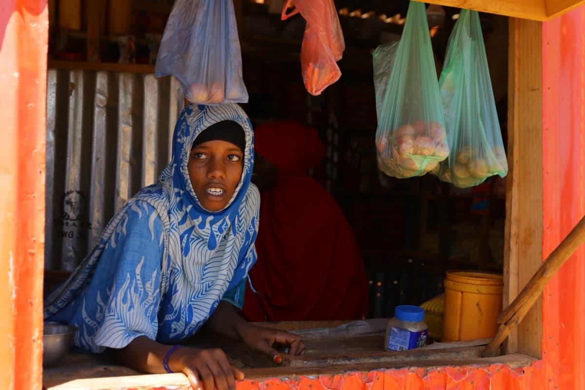 16-vuotias Jawahir Madey Mohamed hoitaa isänsä kauppaa, kun tämä on muualla. Hän ei ole koskaan saanut käydä koulua
