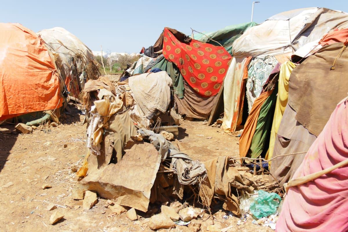 Suurin osa maan sisäisistä pakolaisista asuu itse tehdyissä teltta-asunnoissa yksityisomisteisella maalla, eli häätö voi tulla milloin tahansa.