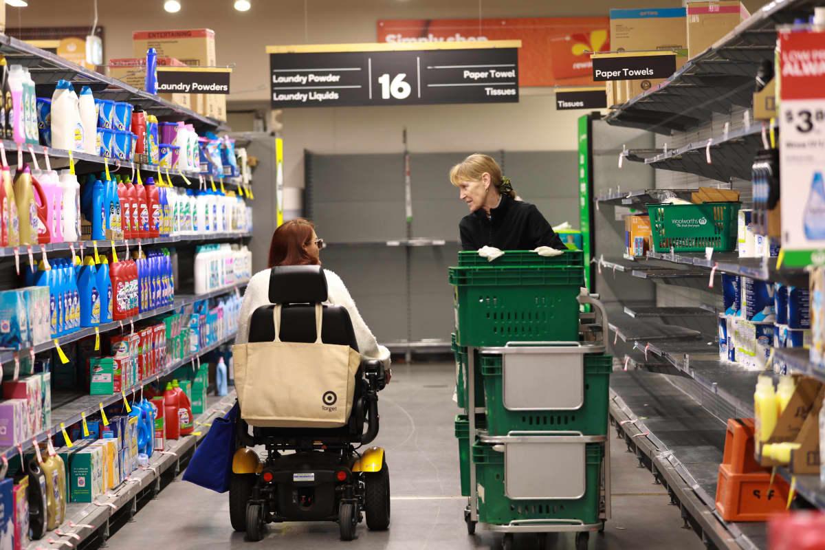 Motoroidulla ajoneuvolla kaupassa liikkuva nainen juttelee kaupan työntekijälle Australiassa. Australiassa joissan elintarvikemyymälöissä otettiin käyttöön iäkkäille, liikuntarajoitteisille tai jollain tavalla vammaisille henkilöille varattu ostostunti.
