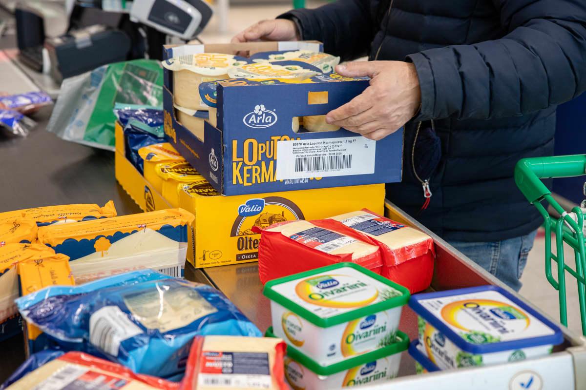 Venäläinen ostamassa juustoa Lappeenrannan Prismasta.