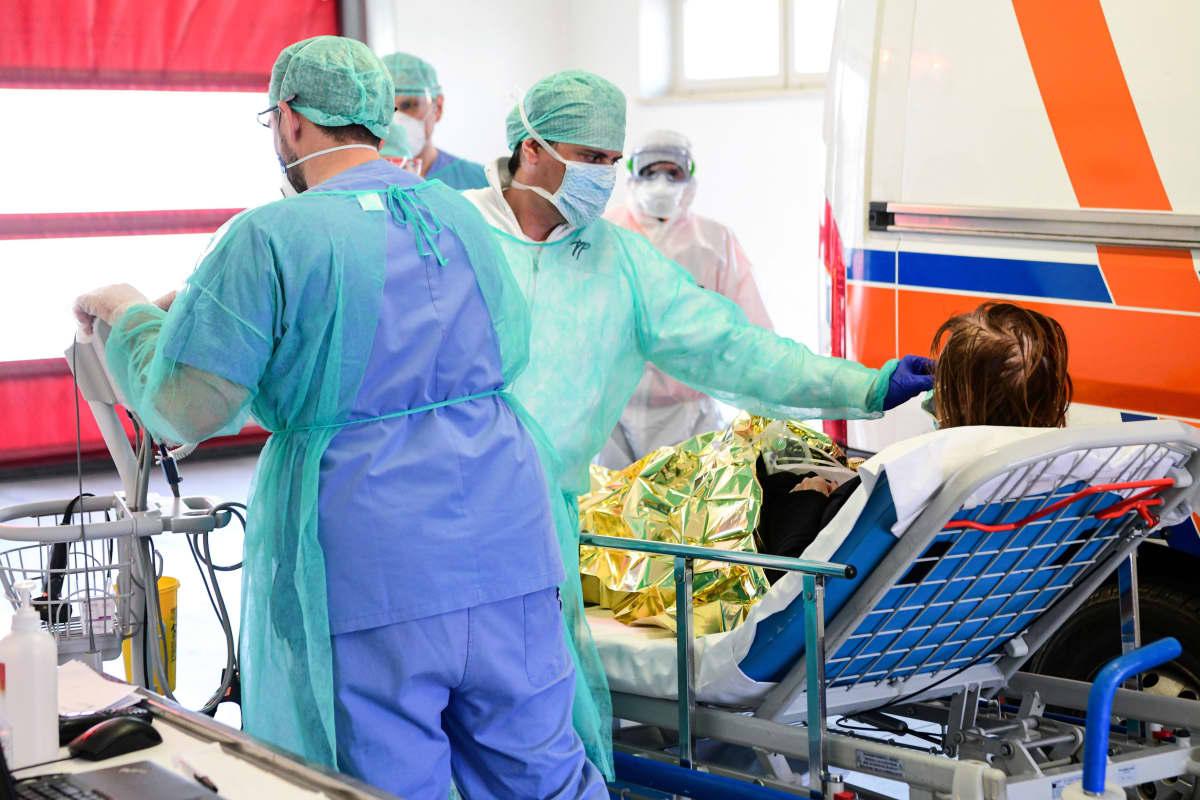 Sairaalan henkilökunta ottaa vastaan uutta koronaviruspotilasta sairaalassa Lombardiassa 17. maaliskuuta.