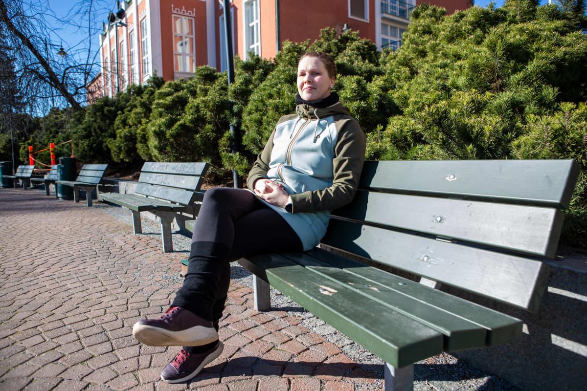 Lomautettu työntekijä Sari Palokari Hotel Tammerin edessä Tampereella.