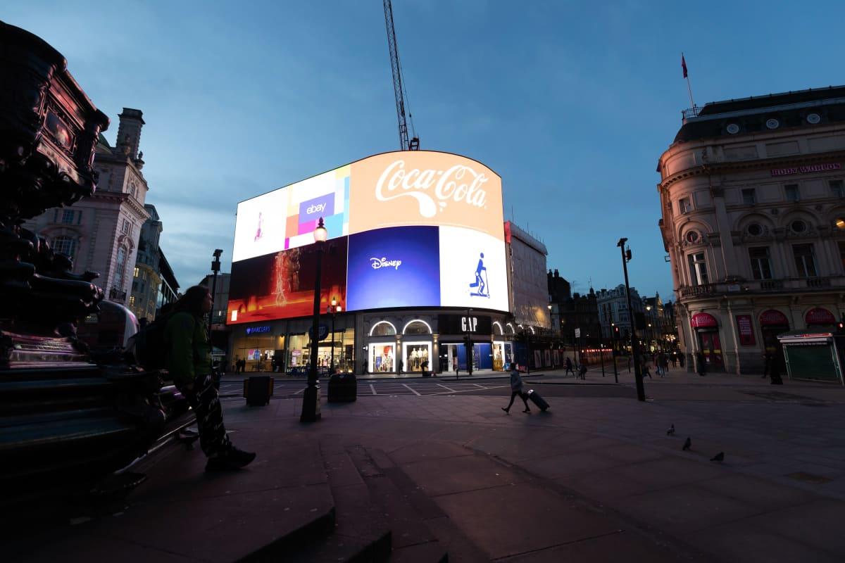 Koronaviruspandemia on hiljentänyt suurkaupungit ympäri maailmaa, Britanniassa oli Piccadilly Circusilla autiota perjantaina, 20.3.