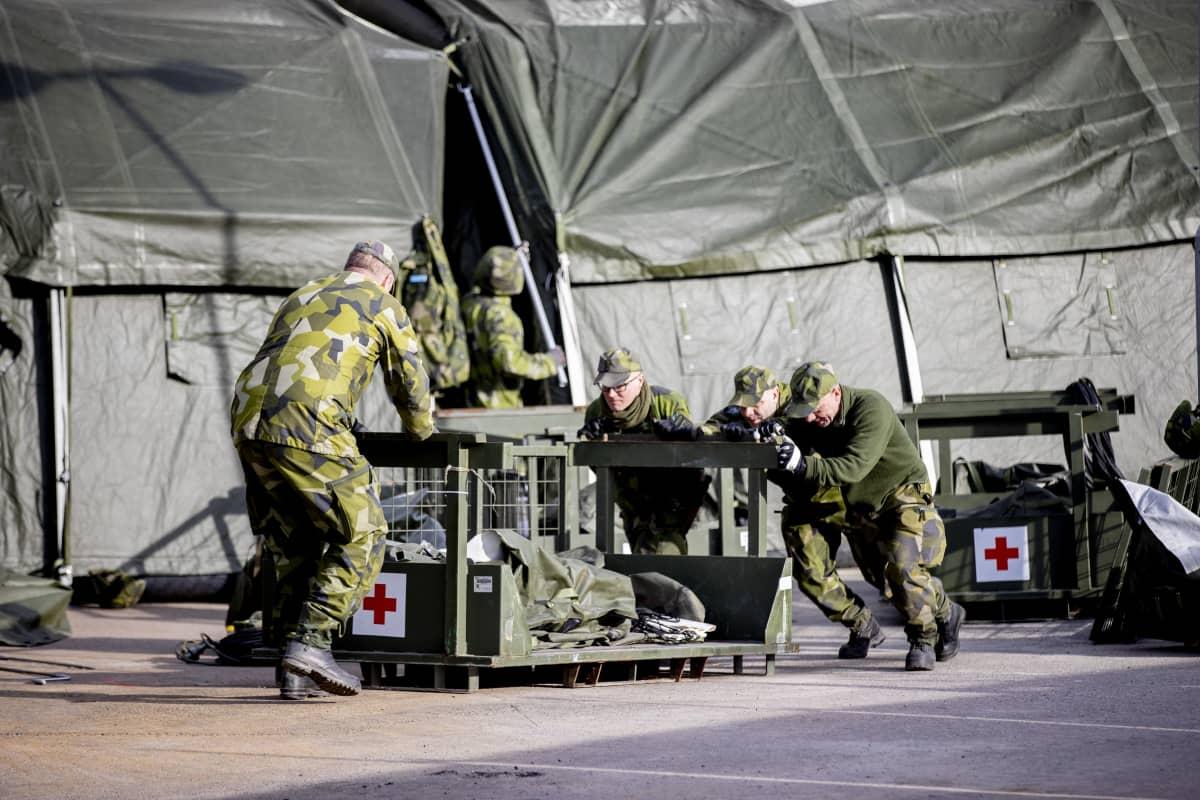 Armeija pystytti maanantaina kenttäsairaalaa Östrä Sjukhusetin viereen Göteborgiin.