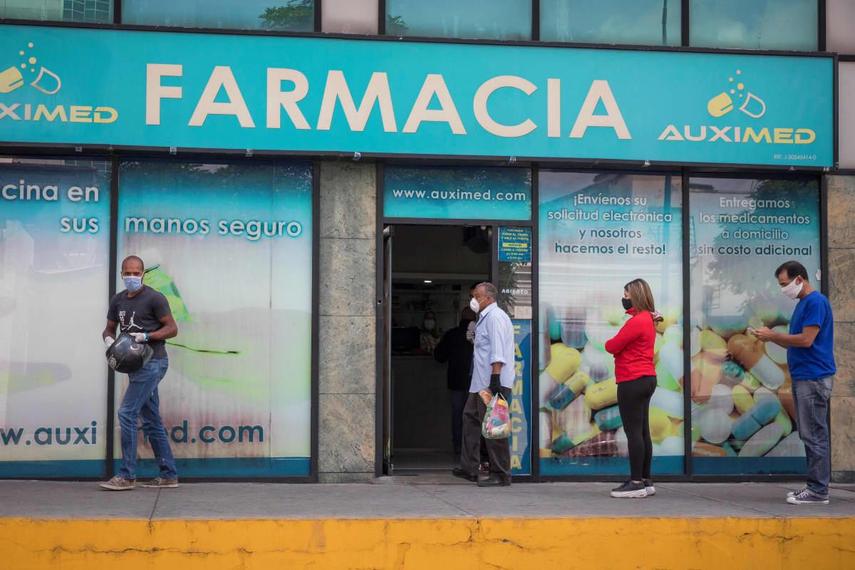 Caracasissa jonotettiin turvavälejä noudattaen apteekkiin.