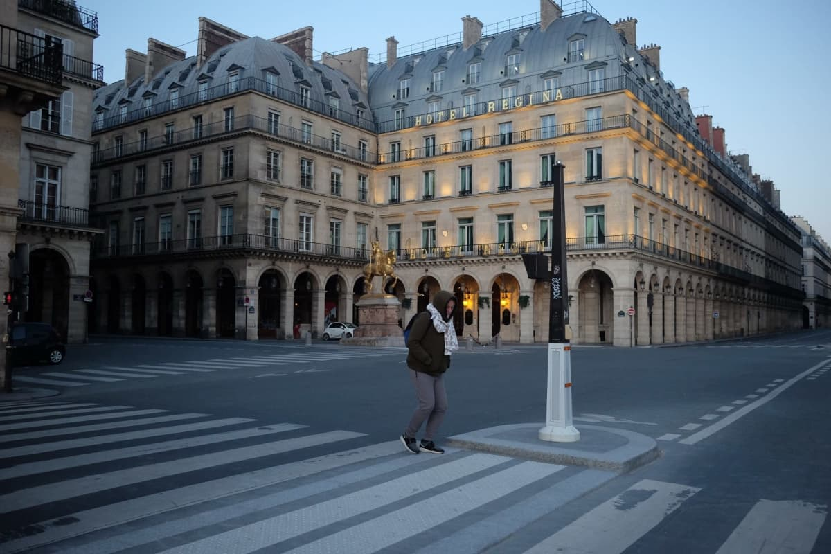 Katunäkymä Pariisista. Kadulla näkyy vain yksi ihminen.
