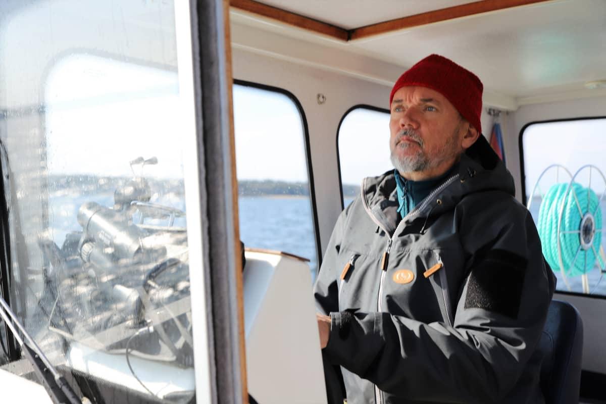 Petri Rannikko ohjaa venettään
