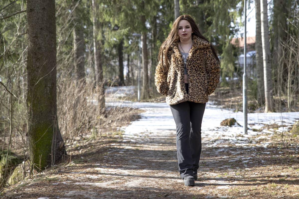 Kuopiolainen Suvi Lindström kävelee lenkkipolulla.