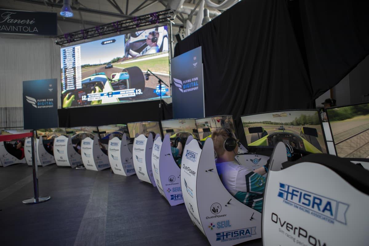 Kuljettajia sim racingin SM-finaaleissa 2019.