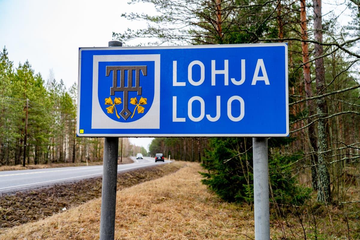 Lohja-kyltti kunnan rajalla.
