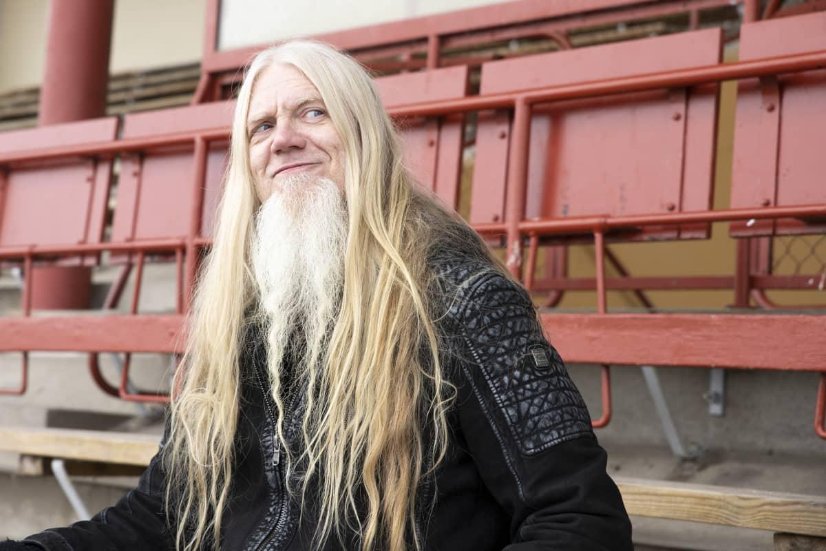 Muusikko Marko Hietala Kuopion Väinölänniemen stadionilla.