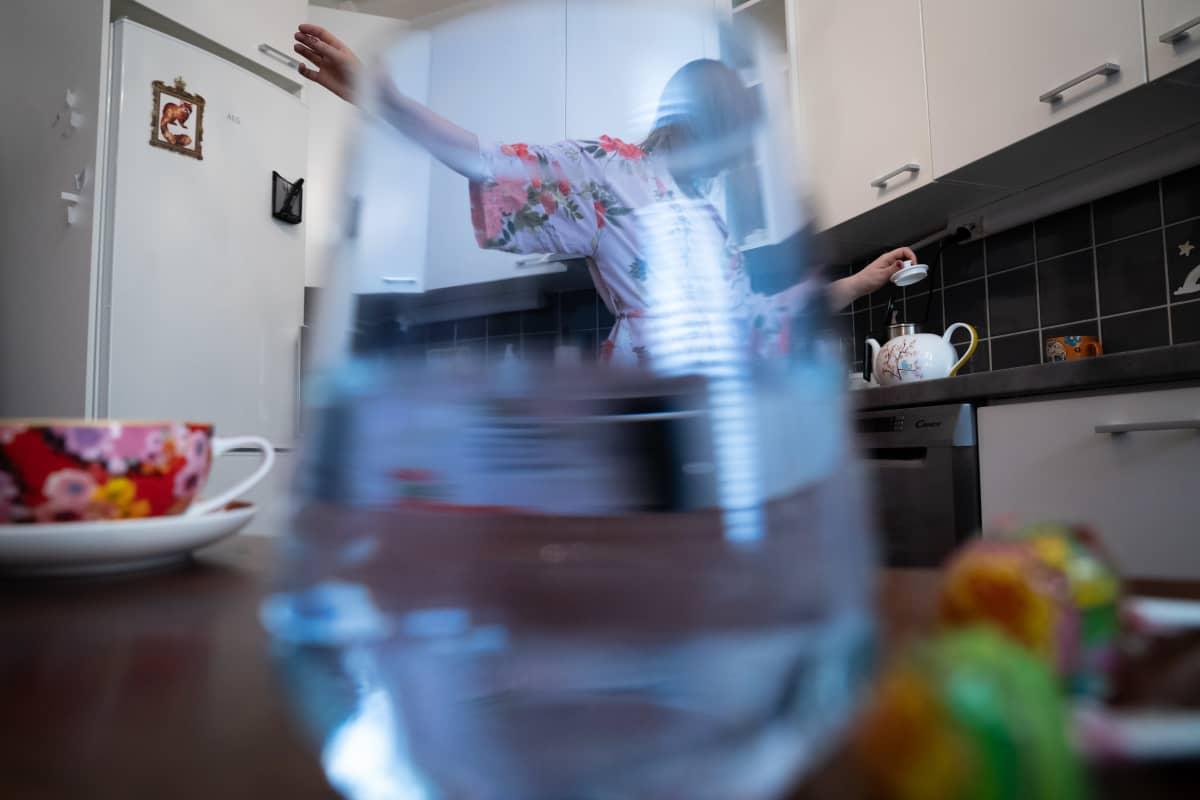 Anonyymi seksityöntekijä keittää aamuteetä keittiössä.