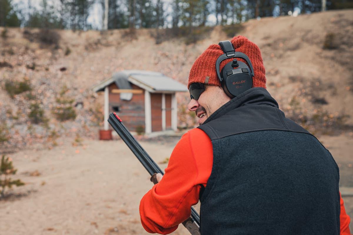 Mies valmistautuu ampumaan savikiekkoja