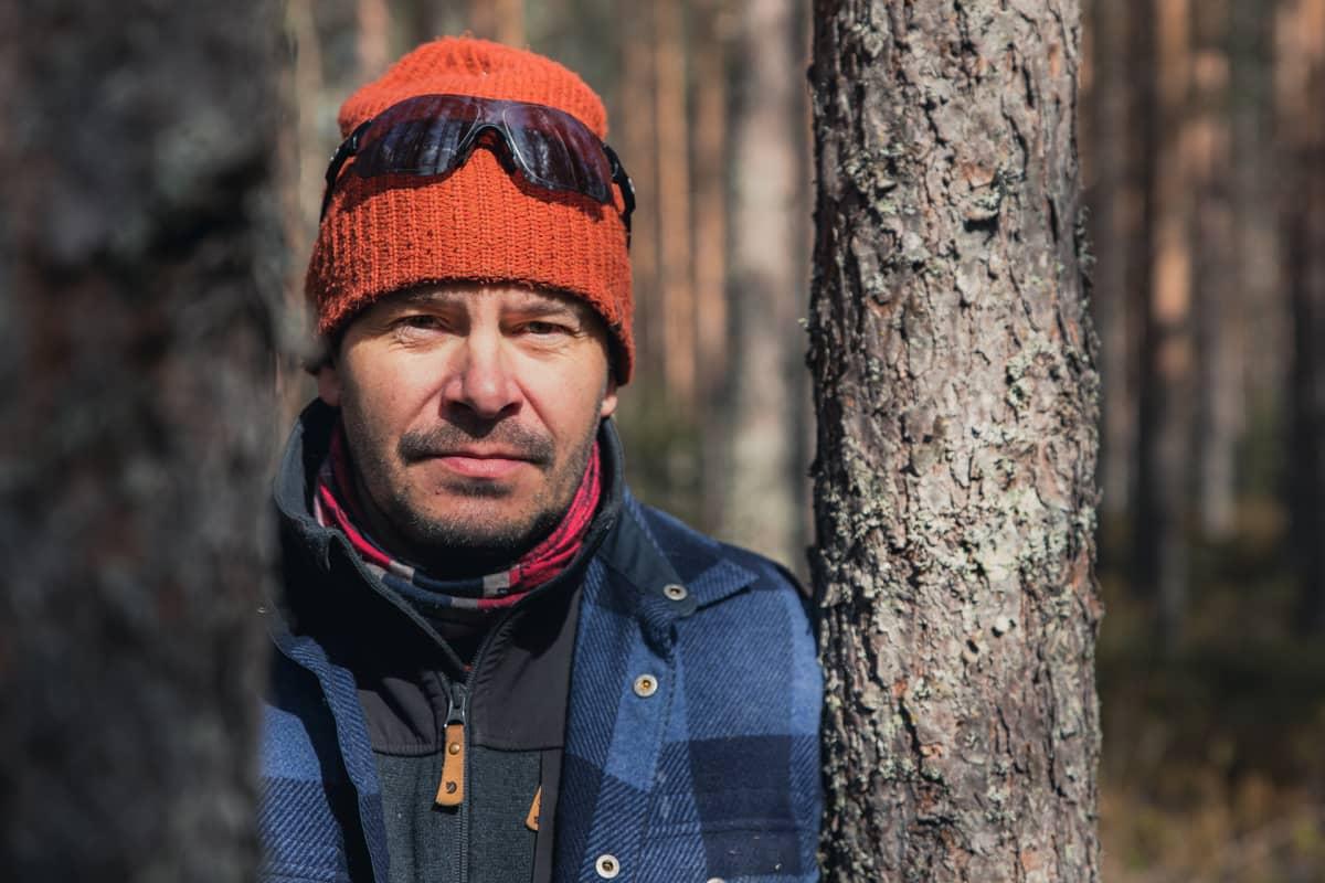 Mies seisoo metsässä