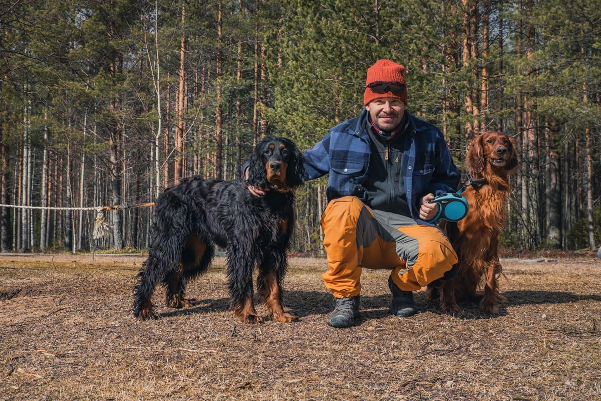 Poju koiriensa Velin ja Leon kanssa