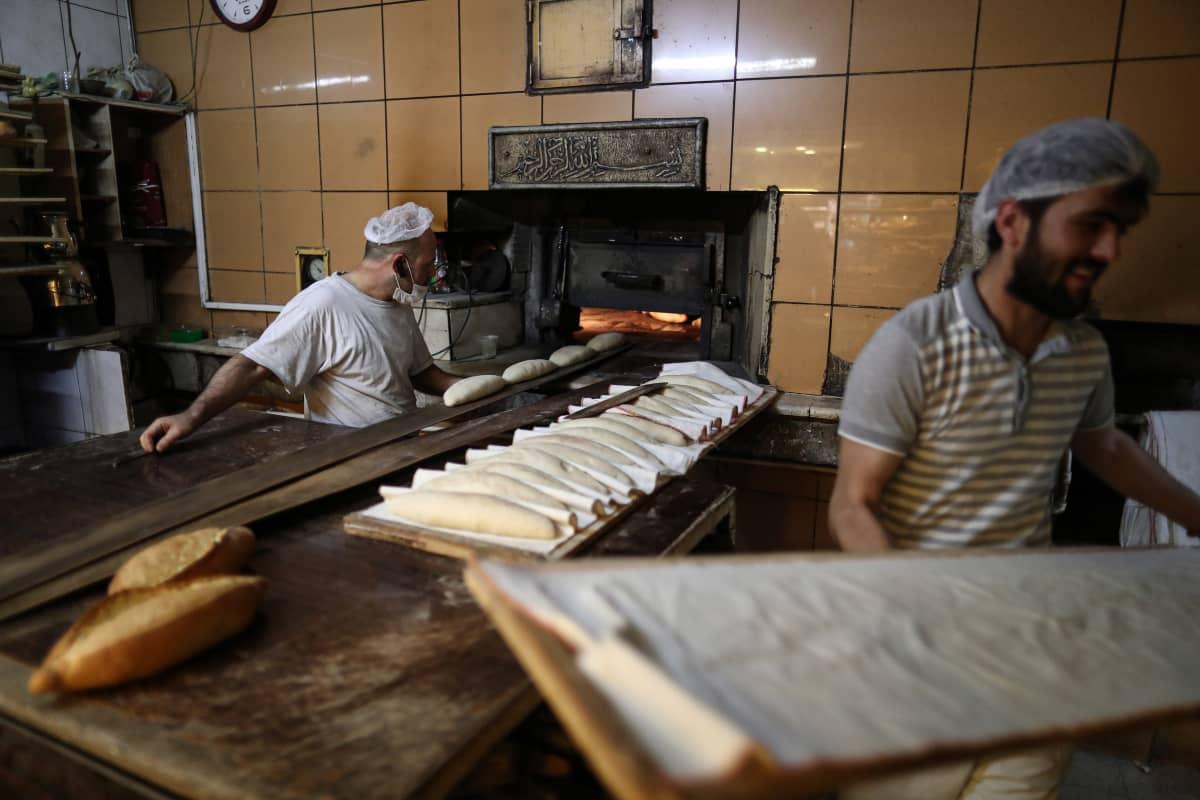 Istanbulilaiset leipurit leipoivat keskiviikkona suuret määrät leipää ennen torstaista sunnuntaihin ulottuvaa ulkonaliikkumiskieltoa.