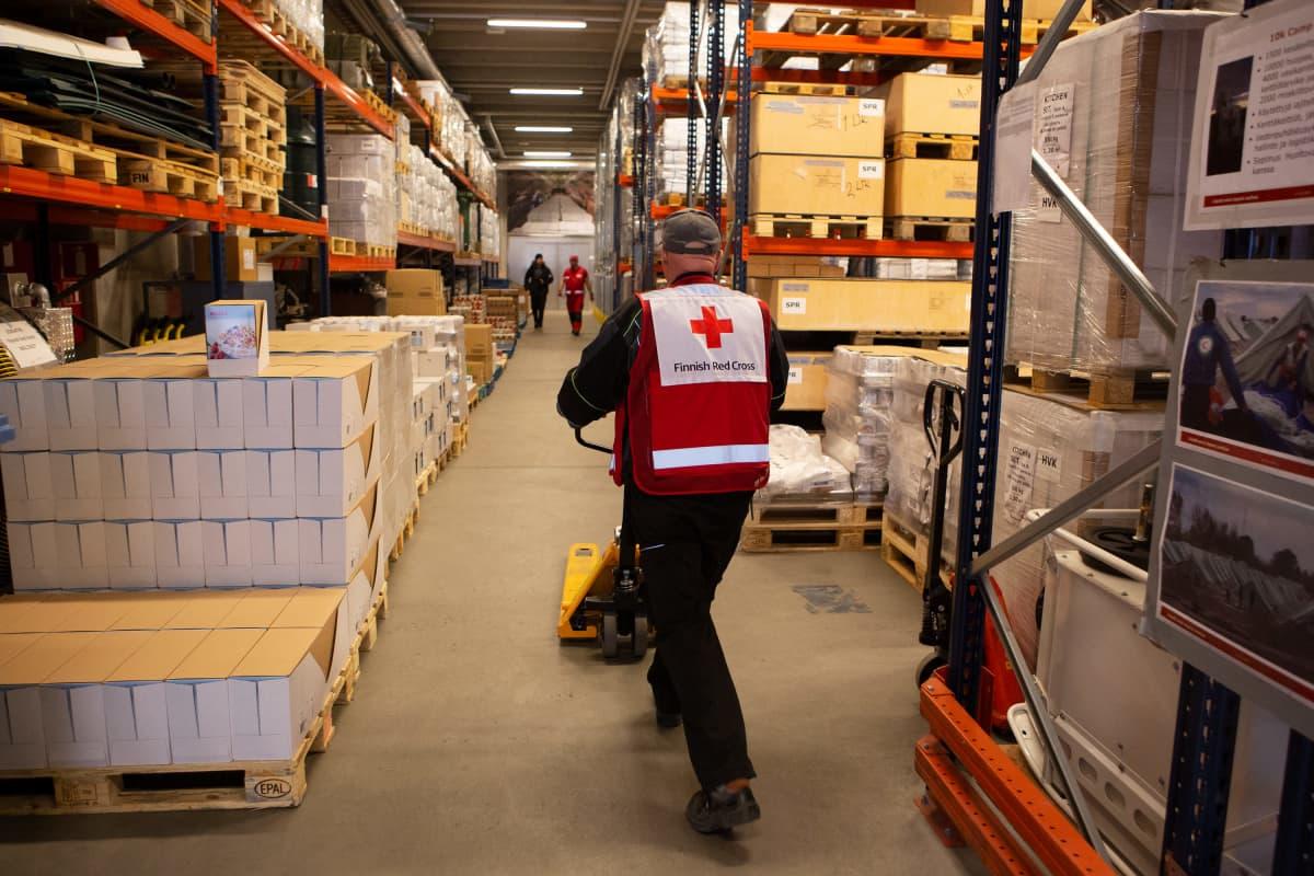 SPR:n vapaaehtoistyöntekijä Kalkun logistiikkakeskuksella huhtikuussa 2020.