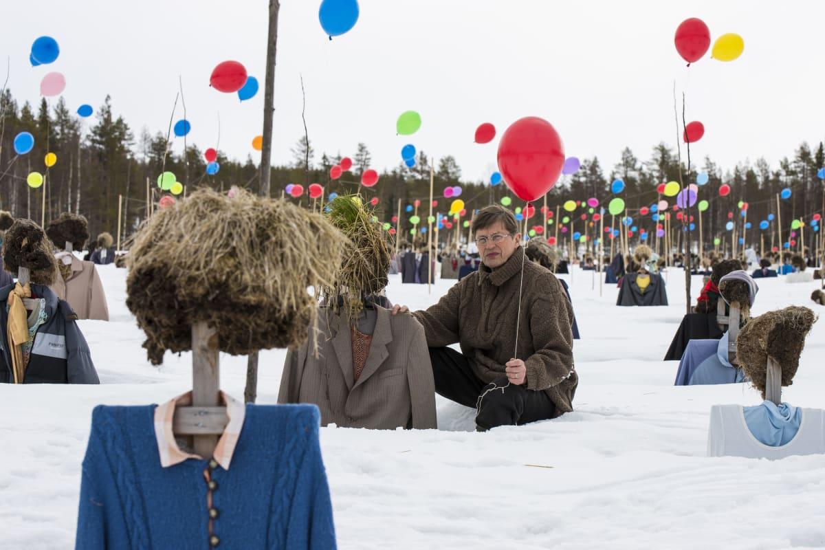 Hiljaisen kansan isä, tanssija ja koreografiReijo Kela sai idean laittaa pellolle 500 heliumilmapalloa vapun kunniaksi.