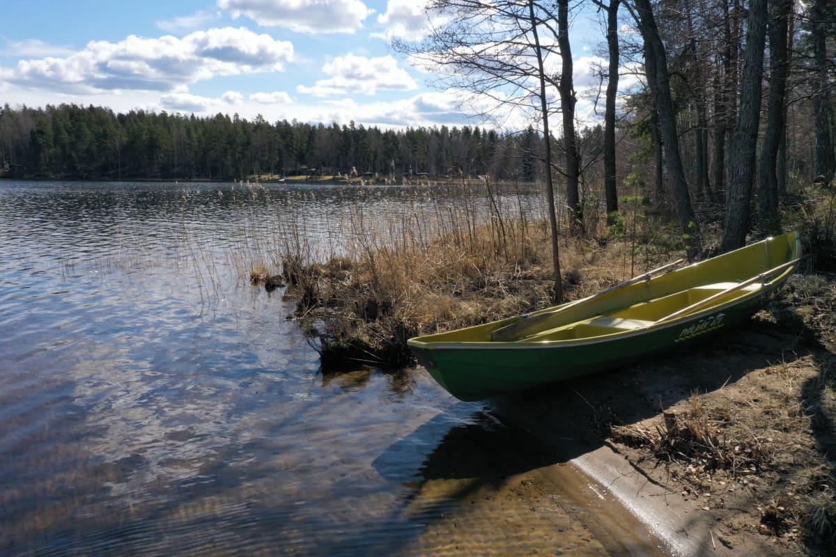 vene kesämökin rannassa