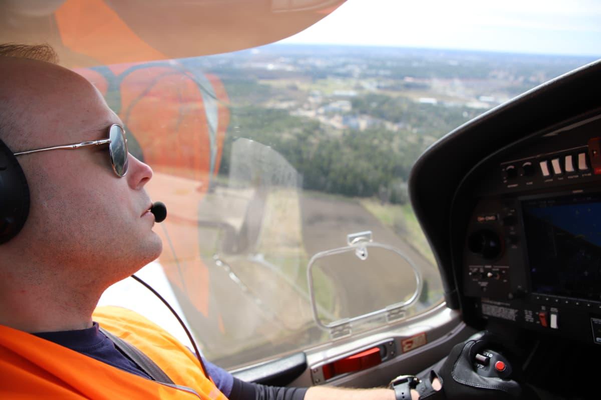 Metsäpalojen valvontalento, Marko Virolainen ohjaa konetta.