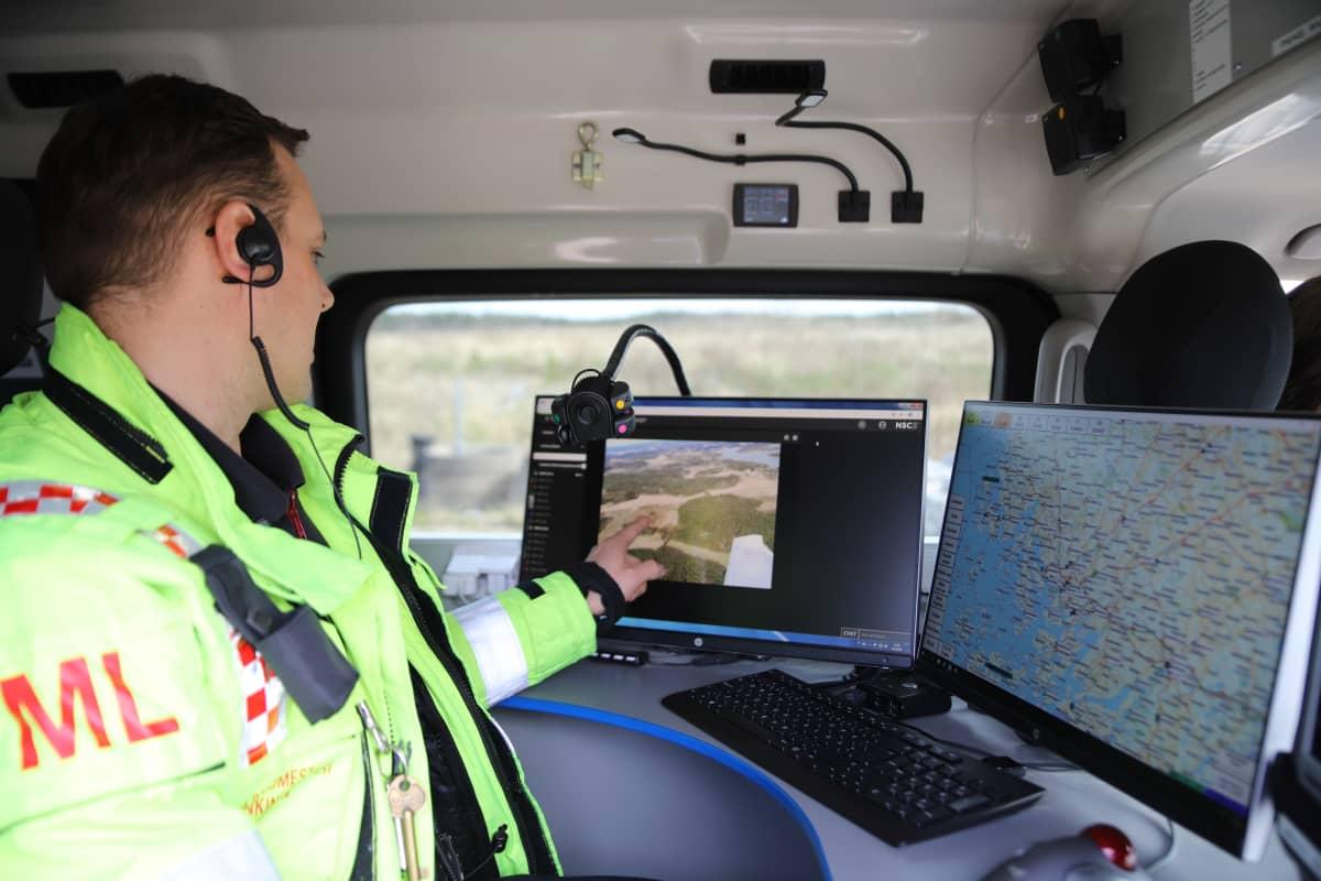 Metsäpalojen valvontalento, videokuvaa katsellaan pelastuslaitoksen autossa.