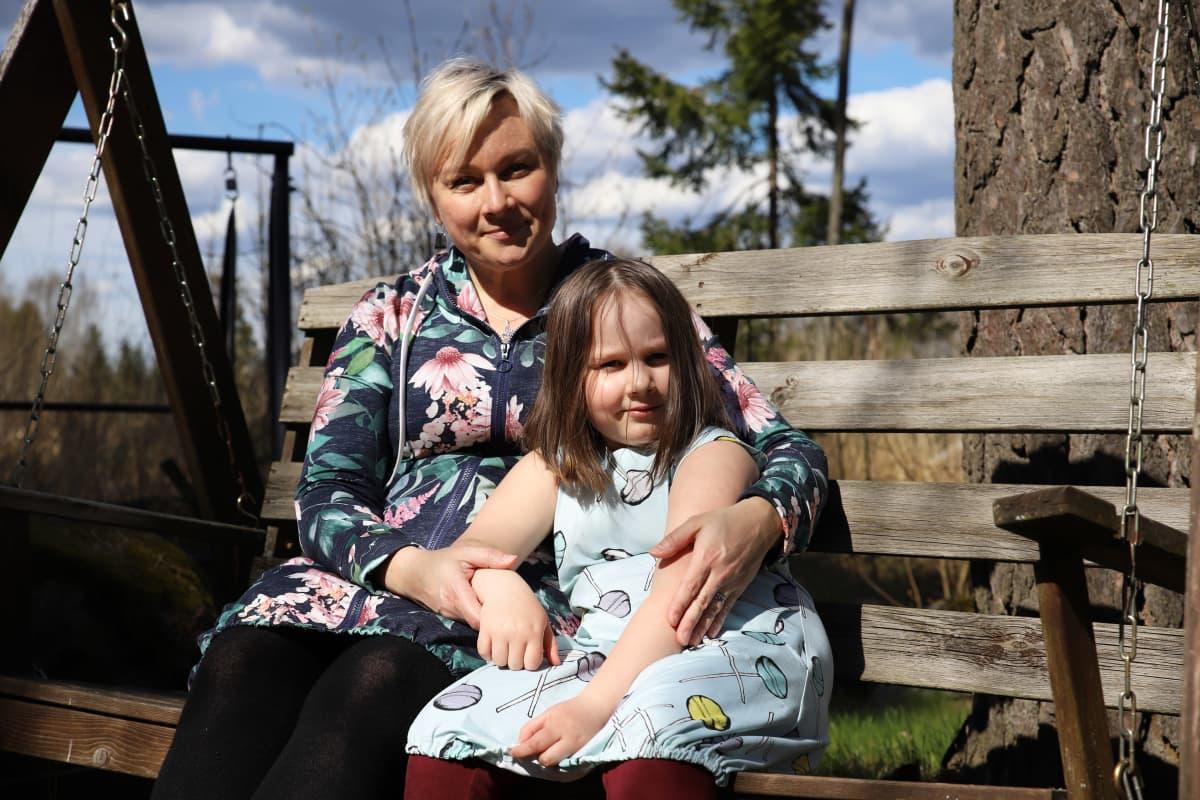 Kotkalainen Saara Leiri tyttärensä Saima Leirin kanssa