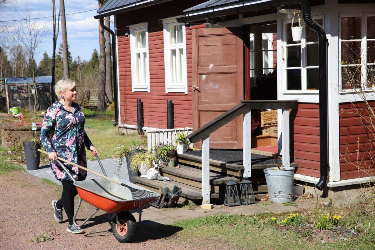 Saara Leiri työntää kottikärryjä kotipihassaan Kotkassa