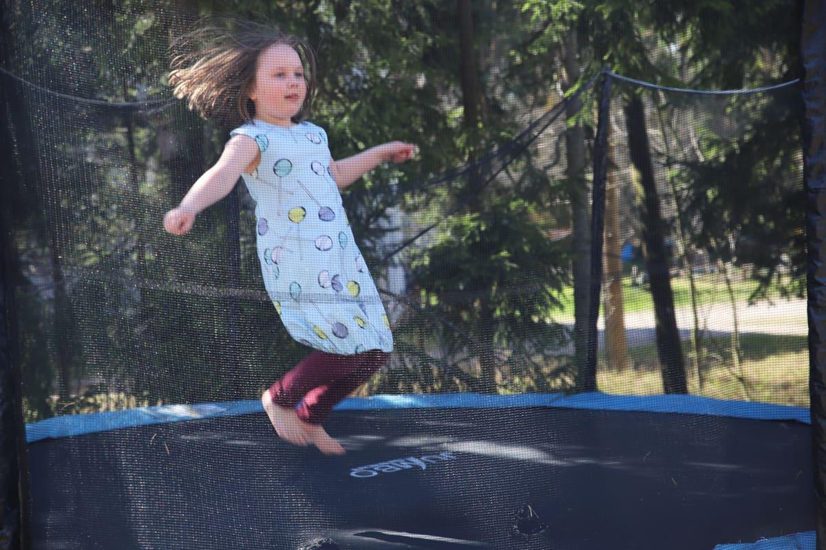 Saima Leiri pomppii trampoliinilla