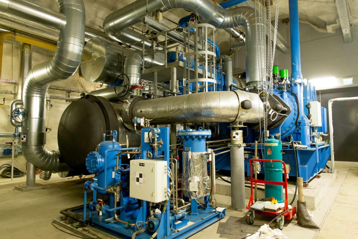 Jäteveden lämmöstä kaukolämpöä tekevän Katri Valan lämpöpumppulaitoksen lämpöpumppu.