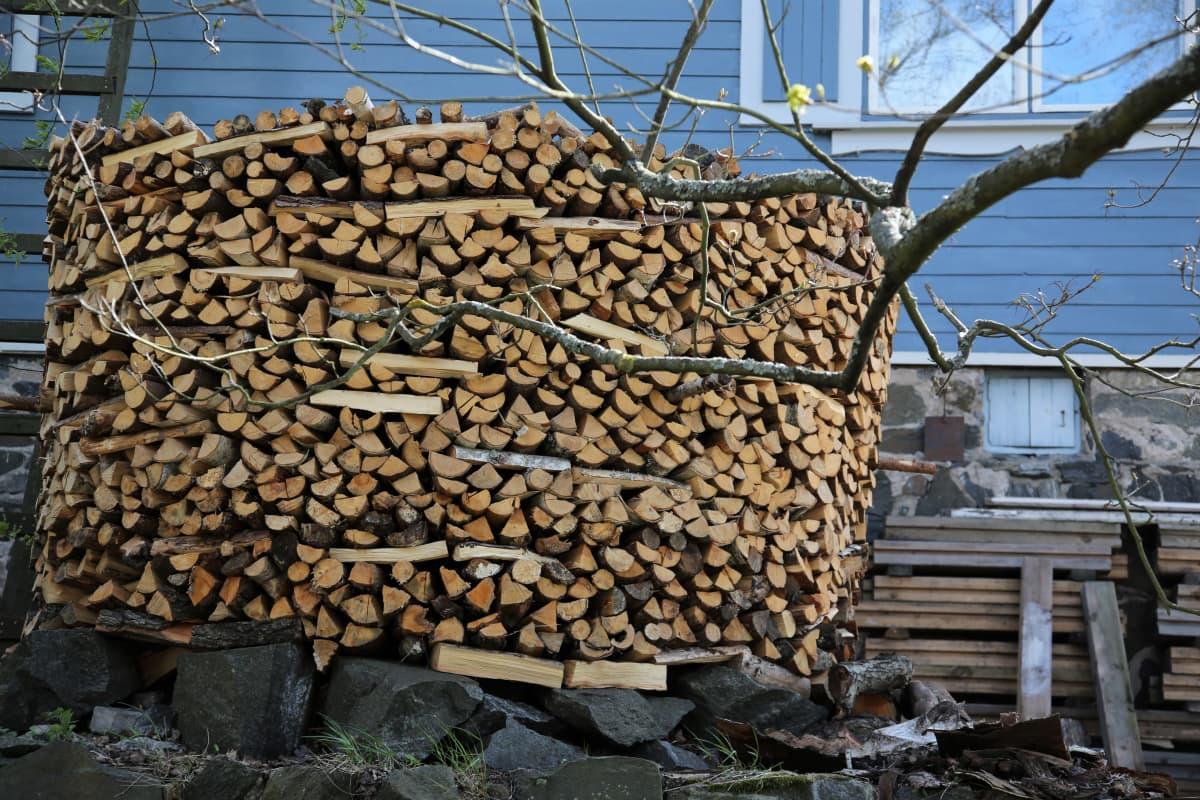 Raumalainen Tapio Koivukari latoo polttopuut virolaiseen tapaan.
