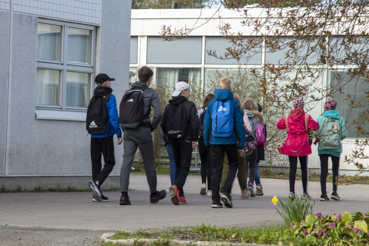 Lapsia menossa kouluun.