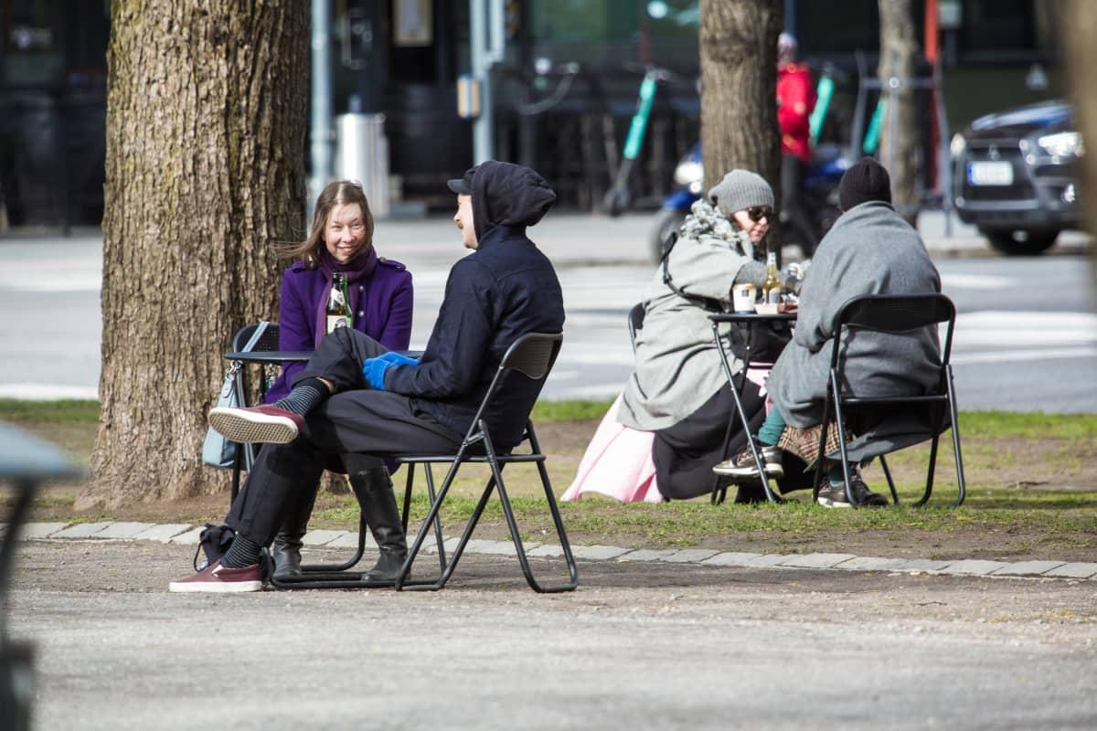 Gastropub Tuulensuu lainasi asiakkailleen piknik-pöydän ja -tuolit virvokkeiden ja ruoan nauttimista varten Hämeenpuiston alueella.